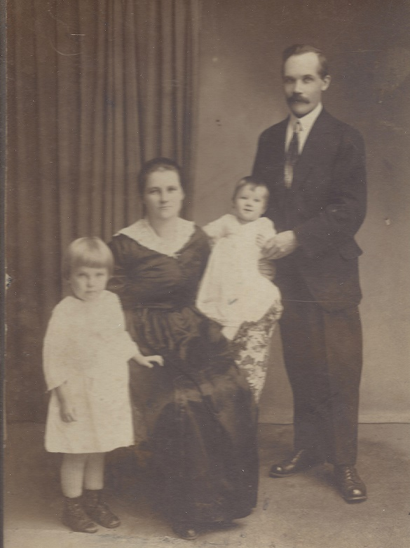 Carolina  and Nestor Simolin with daughters Viann and Eva, my mother<br/> (1920)